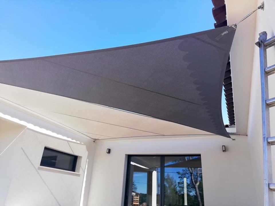 Toiles d'ombrages croisées sur-mesure à Trans-en-Provence (83). Deux jolies voiles d'ombrage pour protéger la terrasse du soleil.