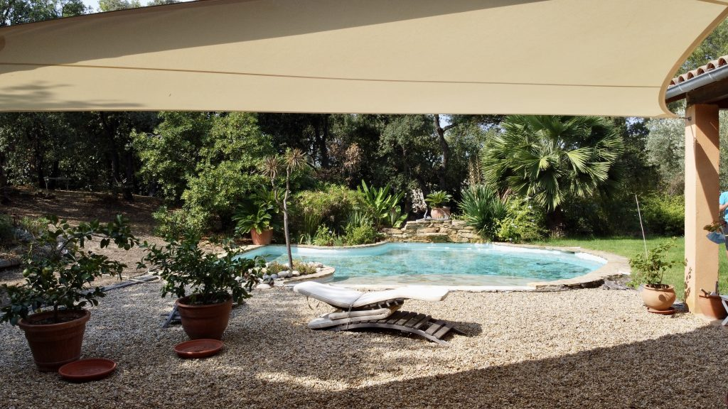 Voile d'Ombrage Made In France en bord de piscine